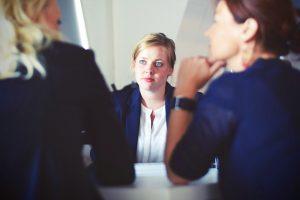 mediator aan tafel met clienten